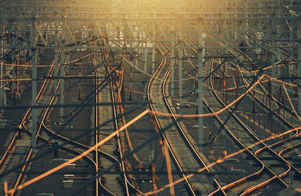 Setup von Online-Werbekampagnen entlang der Customer Journey - vom Top zum Bottom Funnel - wie das Bahnnetzwerk selten linear